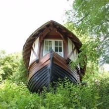 Bateau Caloge, ancienne embarcation transformée en habitation à Etretat